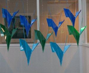 """""""Birds"""" materiaal: perspex, metaal,   Installatie gemeentehuis/Olst-Wijhe"""
