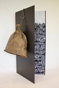 """""""Vlucht"""" materiaal: hout, fotokopie, touw, papier, krijt, 175 x 80 cm"""