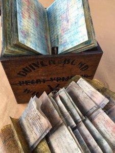 """""""Reisvondsten, Vakantie herinneringen in een Duivenklok"""" materiaal: boekje met reisverslag; autokaart, zakjes met vondsten, 22 x 14 x 24 cm,  vloeroppervlak  ± 50 x 50 cm"""
