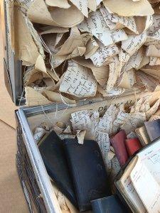 """""""De Jaren 1939-1960, Verhaal van mijn vader"""" materiaal: koffer, agenda's; papier; betonvlecht draad, linnen, aluminium, 70 x 50 x 50 cm"""